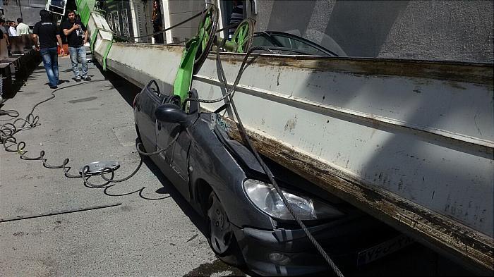 واژگونی جرثقیل 60 تنی بر روی چند خودرو